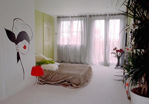 壁のペイントが印象的な部屋